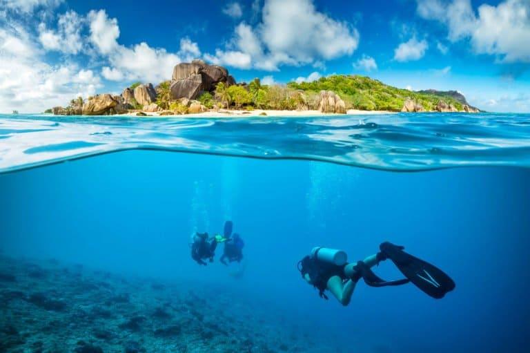 Les Seychelles - Vue plongeur sous l'eau île